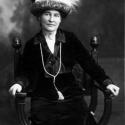 Willa_Cather_ca._1912_wearing_necklace_from_Sarah_Orne_Jewett.jpg